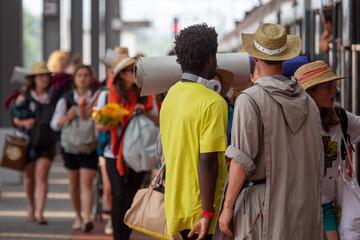 Fototapeta Młodzi ludzie na dworcu kolejowym w Katowicach podczas Światowych Dni Młodzieży obraz