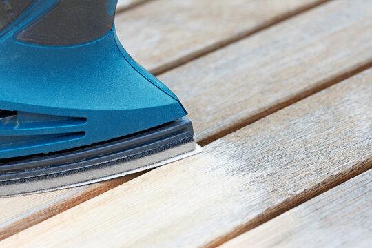Holzmöbel mit Schleifmaschine abschleifen