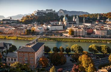 Prachtig uitzicht op Salzburg met de beroemde vesting Hohensalzburg op zonnige dag. Salzburg is een populaire reis- en wandelbestemming in Oostenrijk. Centraal Europa. Concept van een ideale rustplaats