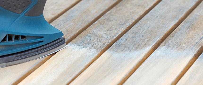 Holzmöbel mit Schleifmaschine abschleifen, Bannerformat
