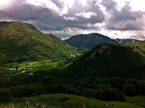Valle verde en el norte de los Pirineos, Pirineos franceses (Borce, Francia). Paisaje natural del lado norte de los pirineos de principios de verano.