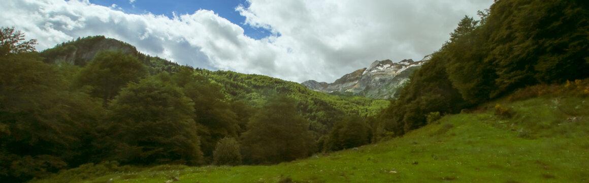 Pico Llena de la Garganta en los Pirineos. Vista desde el lado norte, Pirineos franceses (Borce, Francia).