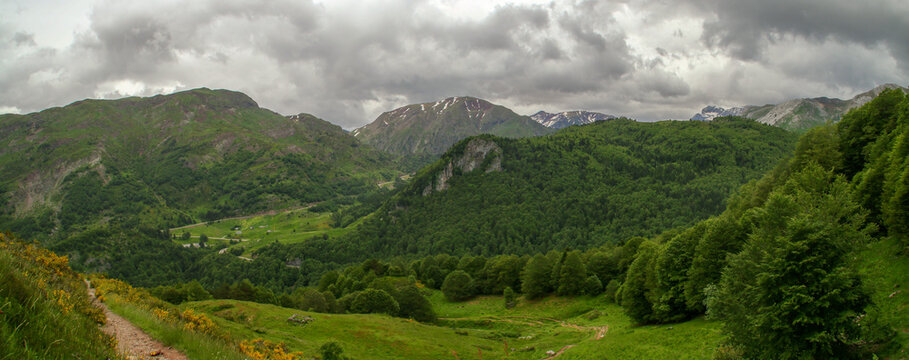 Pirineos en un nublado día tormentoso de junio desde el lado norte (Borce, Francia). Paisaje de alta montaña donde se mezclan laderas boscosas y praderas.