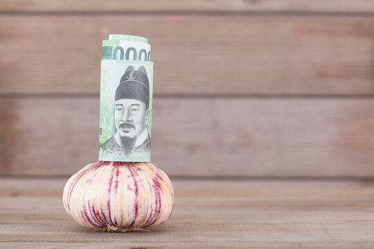 KRW banknotes worth 10,000 yuan and a head of garlic