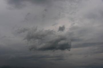 Niebo pokryte szarymi chmurami.