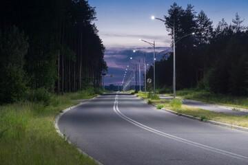 Asfaltowa droga w nocnej scenerii.