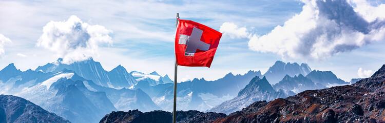 Obraz Schweizer Flagge vor Alpenpanorama im Hochgebirge - fototapety do salonu