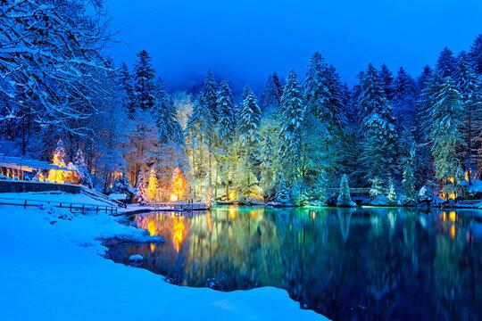Wunderschöner Bergsee in den Schweizer Alpen im Winter, Schweiz