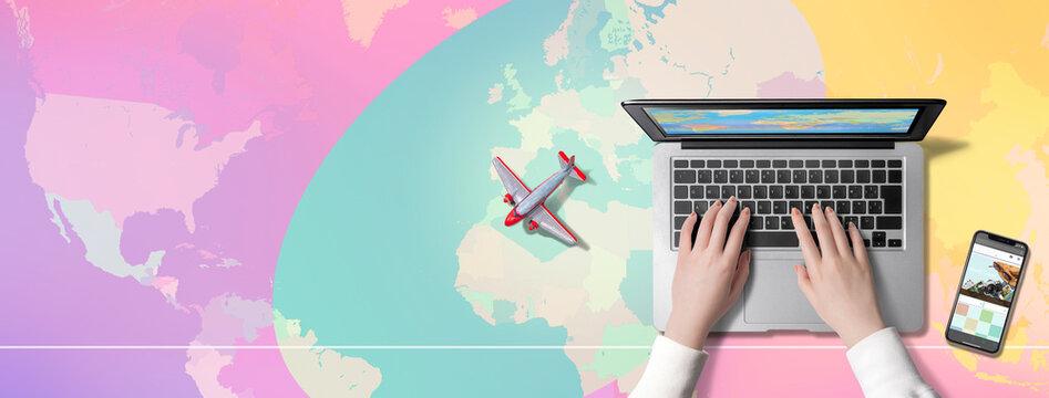 世界地図を背景に、パソコンを操作する人、旅行会社のサイトを表示するスマートフォン、飛行機。海外旅行の予定を立てている人のイメージ。もしくはパソコンで、バーチャル世界旅行を楽しむ人のイメージ