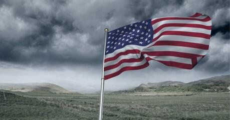 Samenstelling van wuivende Amerikaanse vlag tegen stormachtige lucht en platteland