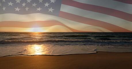 Samenstelling van wuivende Amerikaanse vlag tegen zonsondergang en aan zee