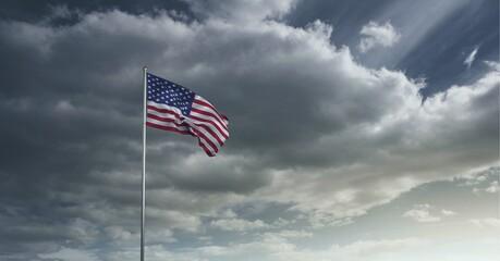 Samenstelling van wuivende Amerikaanse vlag tegen stormachtige lucht