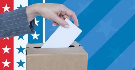Samenstelling van vrouw die stem uitbrengt in stembus tegen Amerikaanse vlag
