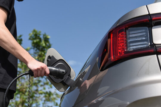 auto voiture electrique electric car borne recharge chargeur batterie autonomie rechargement courant prise volt watt constructeur environnement planete ecologie vert co2 co carbone