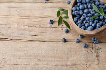 Obraz Fresh blueberries in wooden bowl - fototapety do salonu