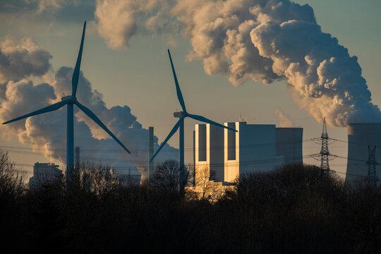 Kraftwerk Neurath und Windräder im Sonnenuntergang