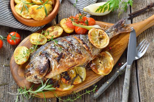 Mediterrane Küche: Gegrillte Kräuter-Dorade royal mit Rosmarinkartoffeln – Mediterranean cuisine: Grilled gilthead sea bream with herbs, lemon slices and rosemary potatoes