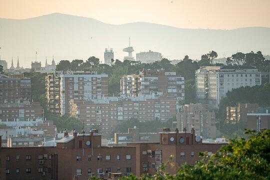 Vistas de Madrid y del Faro de Moncloa y la torre del ayuntamiento desde el parque mirador del Tío Pio en Vallecas, durante un día soleado y sin nubes