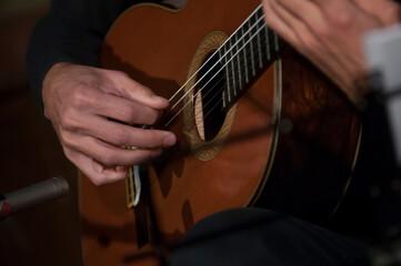 Fototapeta dłonie gitarzysty podczas gry obraz