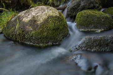Fototapeta kamienie w bystrym nurcie rzeki obraz