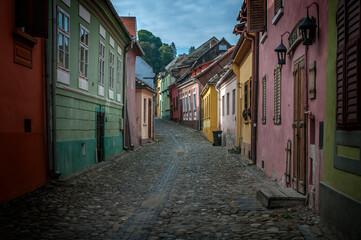 ulica pełna kolorowych domków, Sighisoara, Rumunia