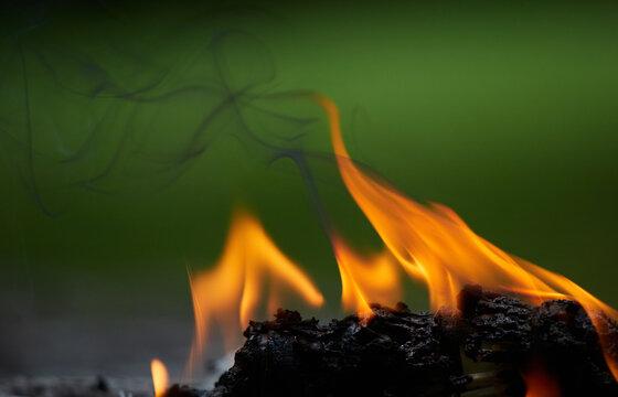 燃えているプラスチックの炎と煙の様子