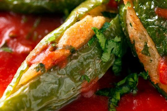 Friggitelli, peperoncini verdi imbottiti in salsa rossa, ricetta tipica della cucina campana, Cucina Italiana