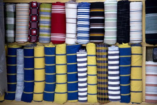 le fasodanfani , le label du Burkina faso ,bande d'étoffes tissées manuellement fait la fierté des Burkina est  matière de cotonnades.