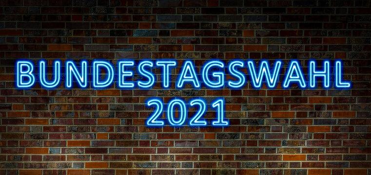 """Neon Banner mit der blauen Aufschrift """"Bundestagswahl 2021"""" auf einer Steinwand"""