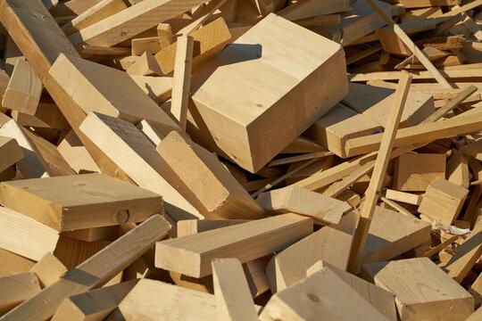 Reste von Baumaterial aus Holz auf dem Lagerplatz für die Verarbeitung in einem Pelletwerk im Norden der Stadt Magdeburg