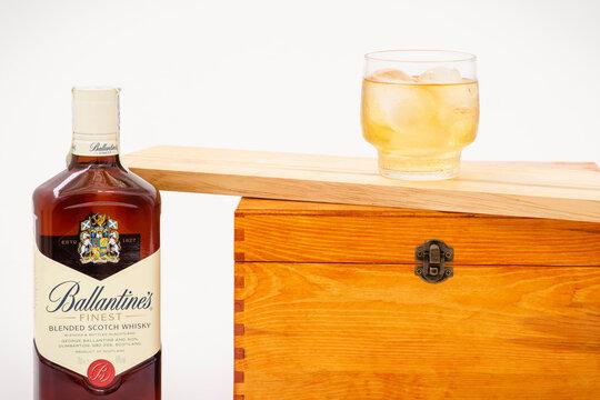 Jerez de la Frontera, Cádiz, España, 26 de junio de 2021, botella de whisky Ballantines y un vaso de whisky con hielo