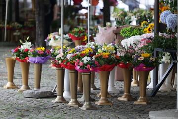 Obraz Bukiet pięknych kwiatów różnokolorowych na straganie we Wrocławiu na rynku.  - fototapety do salonu