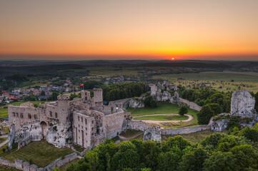Fototapeta Sun rises over the Ogrodzieniec Castle. Podzamcze, Poland. obraz