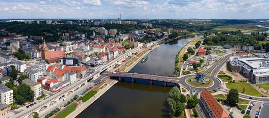 Panorama z lotu ptaka miasta Gorzów Wielkopolski, widok na bulwar i most staromiejski nad rzeką Warta, Spichlerz, wieżę widokową Dominanta na rondzie Świętego Jerzego.