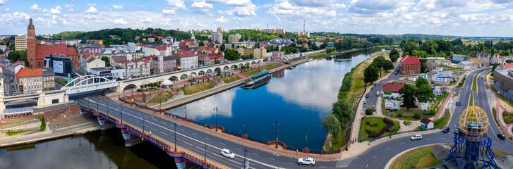 Fototapeta Szeroka panorama centrum miasta Gorzów Wielkopolski, widok na bulwar wschodni nad rzeką Warta, most staromiejski i część zawarcia z wieżą widokową Dominanta obraz