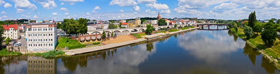 Fototapeta Gorzów Wielkopolski, rzeka Warta i bulwar zachodni. W tle Wildom i most staromiejski. obraz