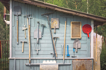 Obraz a board with tools on the wall of the shed - fototapety do salonu