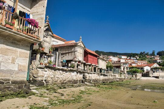 Hermoso pueblo costero con la marea baja de Combarro en la provincia de Pontevedra, España