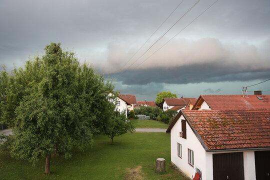 Gewitterwolken über den Dächern. Wolkenbildung kurz vor einem Gewitter. Unglaubliche Farben im Himmel kurz vor einem Unwetter.