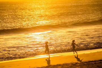 Fototapeta Jogging sur pla au coucher de soleil  obraz