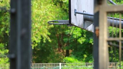 Obraz boisko do koszykówki  kosz z łańcuchami tablica koszykówki - fototapety do salonu