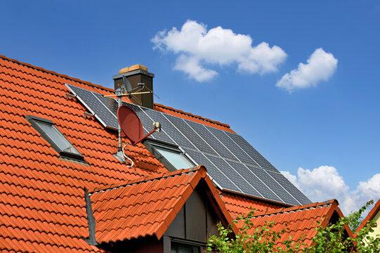 Rotes Dach mit Solaranlage