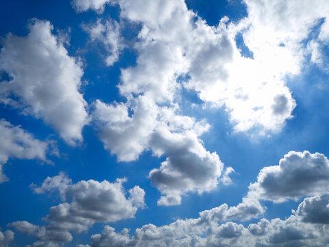 タイトル 初夏の青空と雲