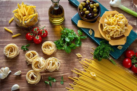 pasta grezza con ingredienti per salse varie