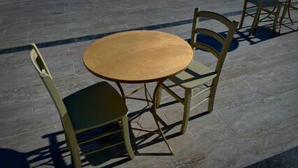 Obraz Widok na pusty stolik na placu - fototapety do salonu