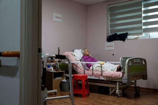 """Former South Korean """"comfort woman"""" Lee Ok-sun lies in bed after an interview with Reuters at the House of Sharing in Gwangju-si"""