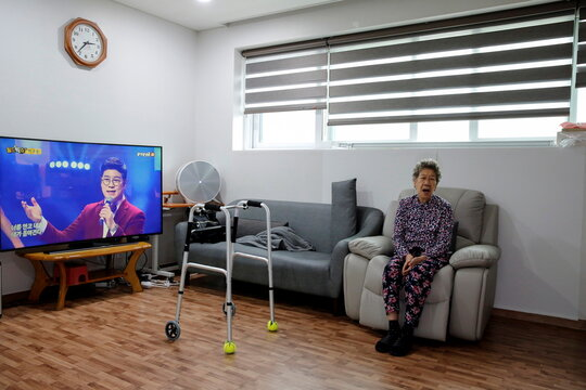 """Former South Korean """"comfort woman"""" Kang Il-chul sings a song after an interview with Reuters at the House of Sharing in Gwangju-si"""