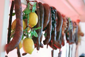 Fototapeta Tradycyjne jedzenie mięsne przygotowane na imprezę rodzinną. obraz