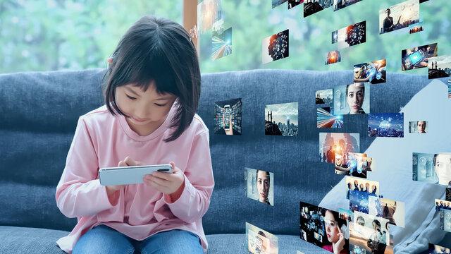 映像を見る少女 映像コンテンツ