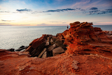 Fototapeta A distant figure looks out across the ocean at Gantheaume Point, Broome. obraz